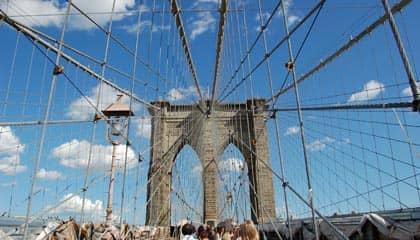 Brooklyn Bridge en Nueva York - cielo azul