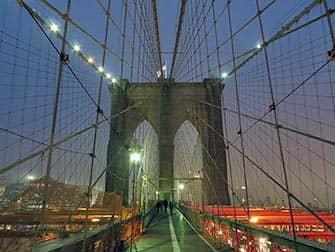 Brooklyn Bridge en Nueva York por la noche