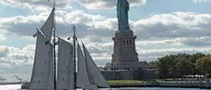 Crucero en un gran velero a la Estatua de la Libertad en Nueva York
