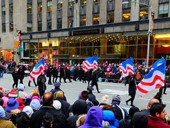 Desfile Thanksgiving Macys en Nueva York - banderas