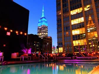 Salir por la noche en Midtown Nueva York - Piscina del Royalton Hotel