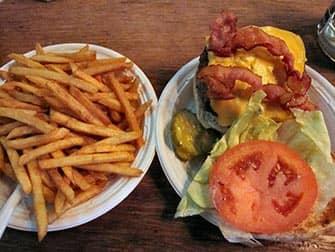 Corner Bistro en NYC - burger y patatas fritas