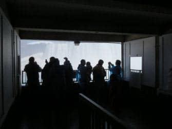 En avion a Niagara Falls - detras de las cascadas