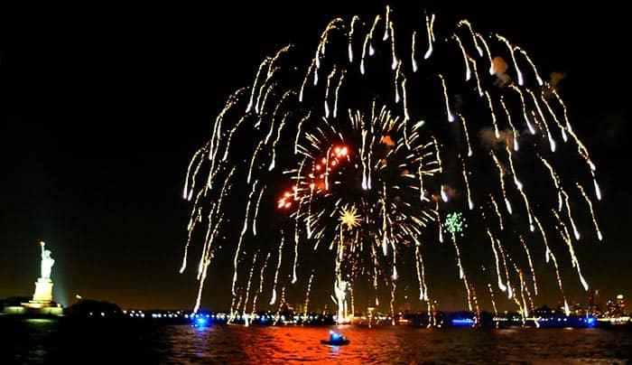 Feliz año. Cruceros-de-fin-de-an%CC%83o-en-Nueva-York-Fuegos-artificiales