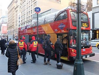 Bus hop on hop off Gray Line en Nueva York - Subiendo al bus