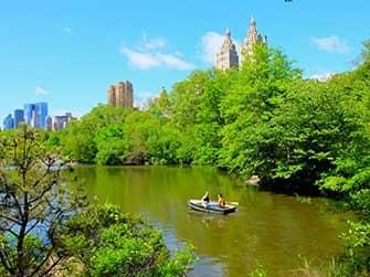 Alquiler de bote de remos en Central Park - Pareja remando